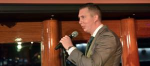 Party manager Lukas houdt een toespraak op de Grace Kelly